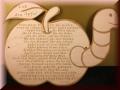 Holz - Spruch auf einem  Apfel mit Wurm graviert
